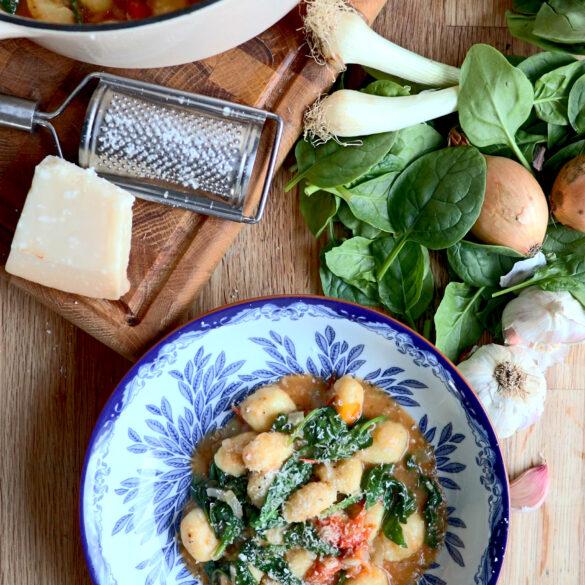 krämig gnocchi med tomat och spenat