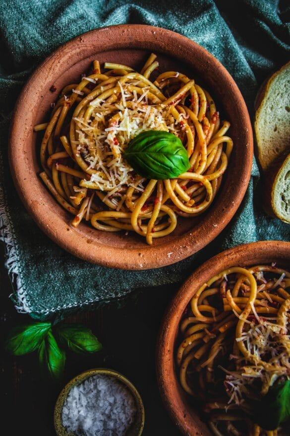 Bucatini med tomato sauce